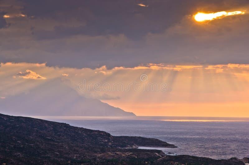 Stormachtige hemel en zonsopgang bij heilige berg Athos royalty-vrije stock afbeeldingen