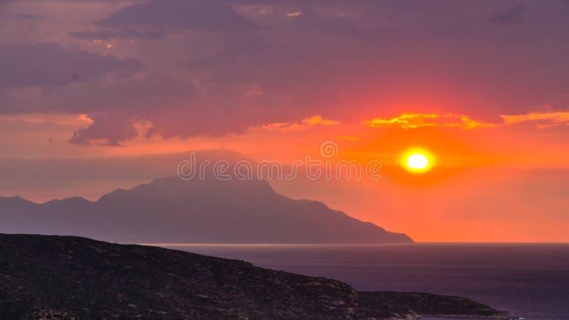 Stormachtige hemel en zonsopgang bij heilige berg Athos stock afbeeldingen