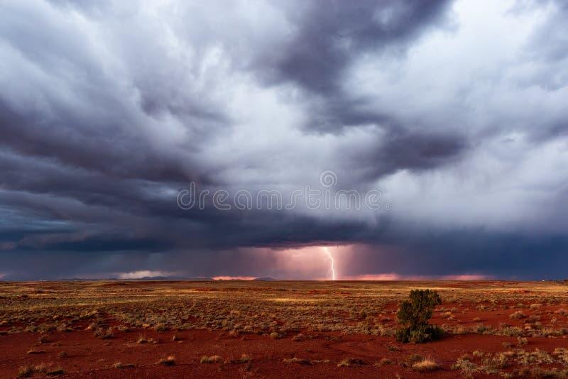 Stormachtige hemel met dramatische donkere wolken en bliksem stock afbeelding