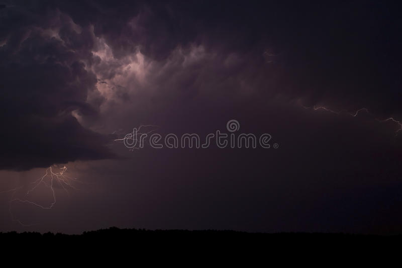 Stormachtige hemelen, bliksem. royalty-vrije stock afbeeldingen