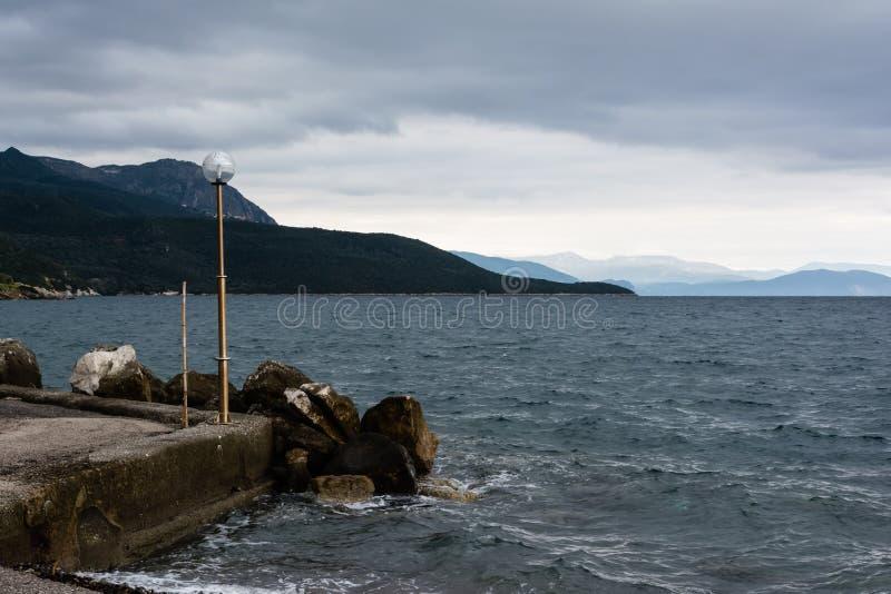 Download Stormachtige Kust - De Zwarte Zee Stock Foto - Afbeelding bestaande uit outdoors, koude: 39109900