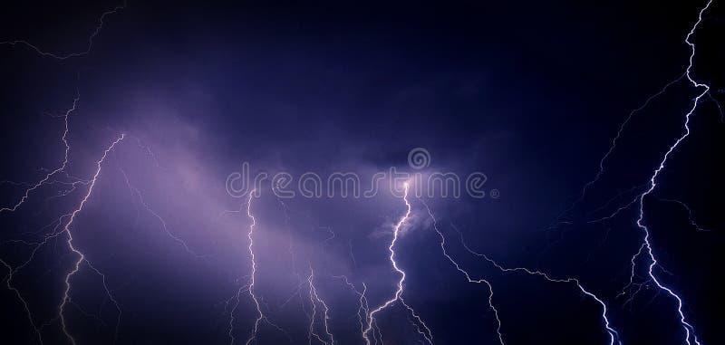 Stormachtige nachthemel stock afbeeldingen