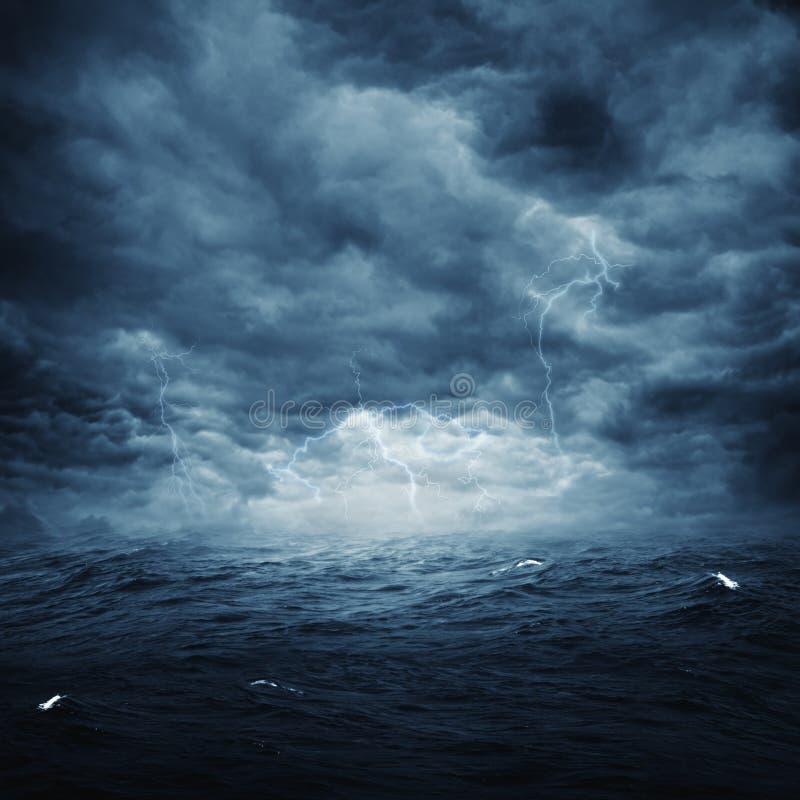 Stormachtige oceaan royalty-vrije stock afbeeldingen