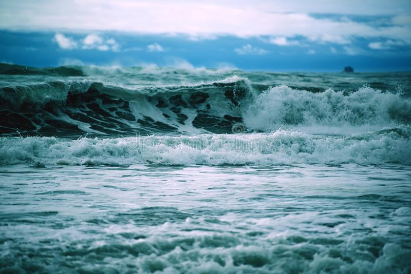 Stormachtige oceaangolven royalty-vrije stock foto's