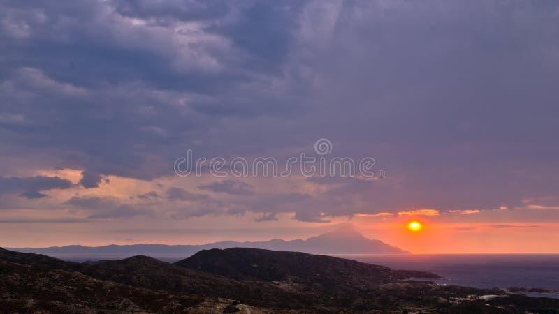 Stormachtige ochtendzonsopgang bij heilige berg Athos stock afbeelding