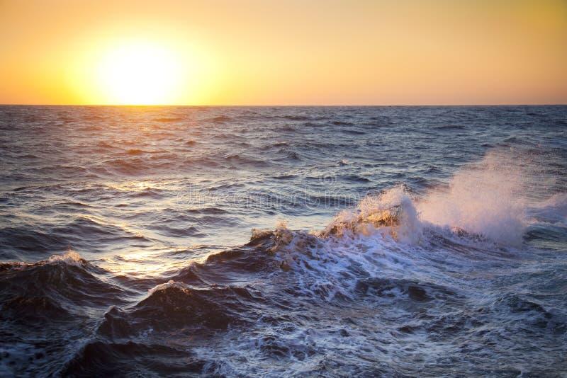 Stormachtige overzees/Dawn/Golven en nevel royalty-vrije stock afbeelding
