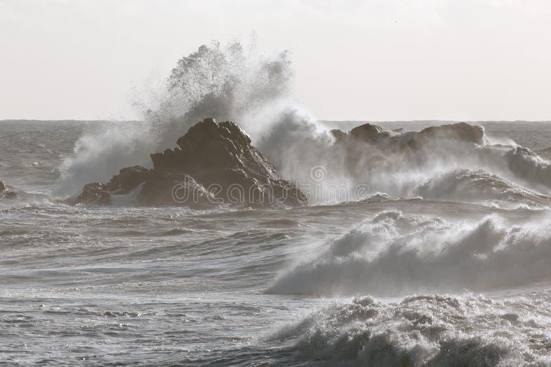 Stormachtige overzeese golven die over klippen verpletteren royalty-vrije stock foto's