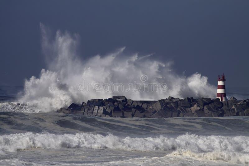 Stormachtige overzeese golvenplons royalty-vrije stock afbeelding
