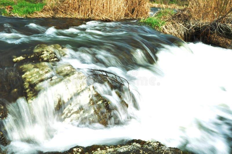 Stormachtige rivier met kleine steenstroomversnelling royalty-vrije stock afbeeldingen