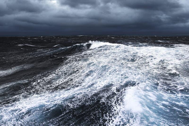 Stormachtige wateren royalty-vrije stock afbeelding