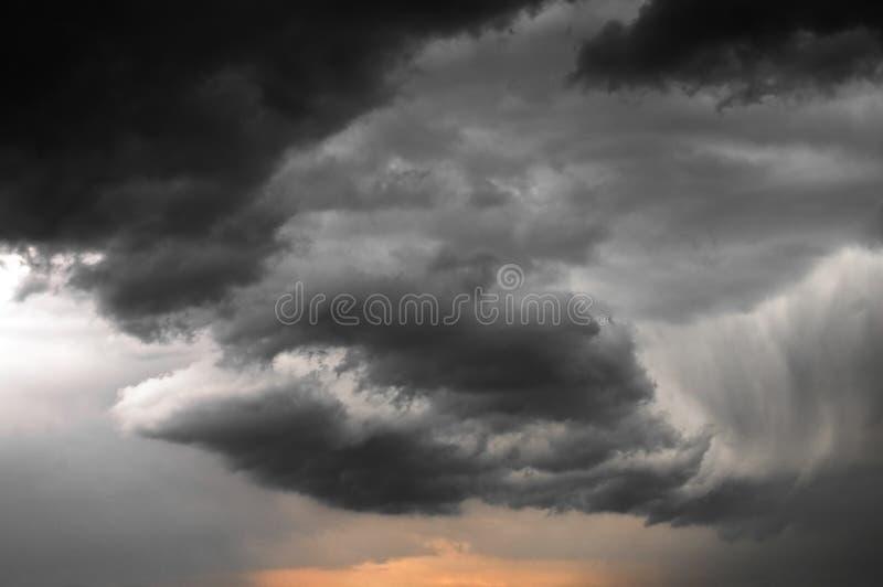 Stormachtige wolken bij zonsondergang stock fotografie