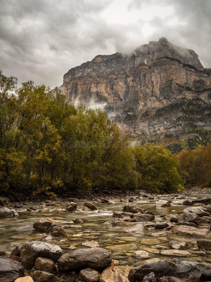 Stormachtige wolken over de berg in de Pyreneeën royalty-vrije stock afbeelding