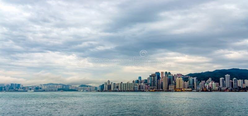 Stormachtige wolken over Hong Kong-baai en Victoria Peak, stadsscyline royalty-vrije stock foto