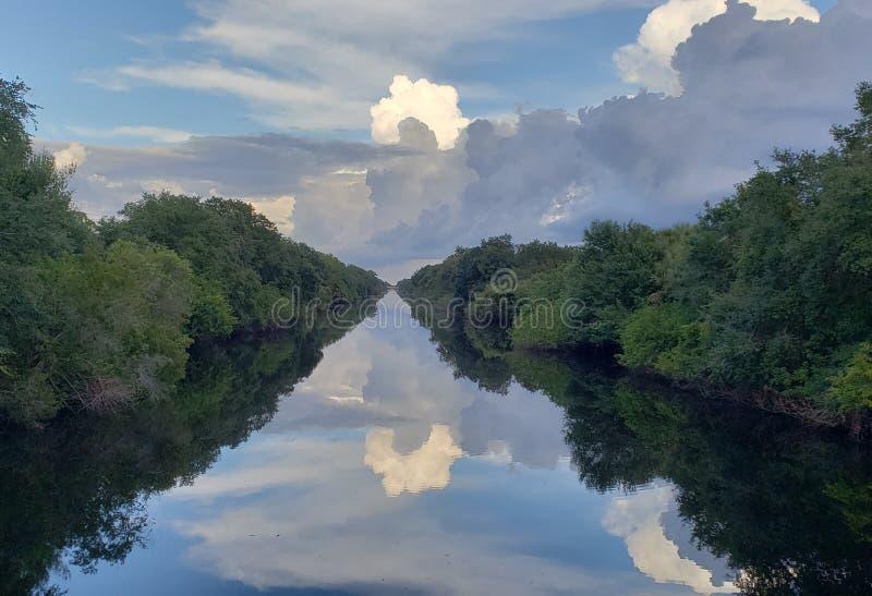 Stormachtige wolkenbezinningen royalty-vrije stock afbeeldingen