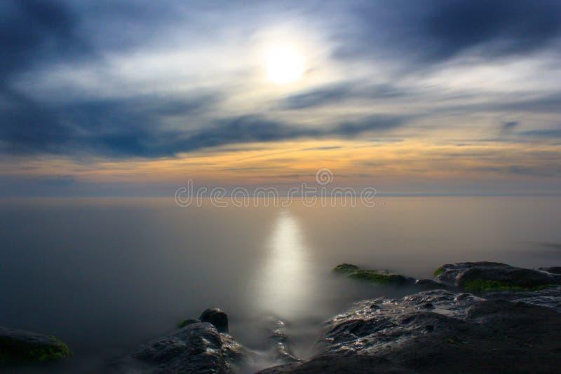 Stormachtige zonsondergang op het overzees stock foto's
