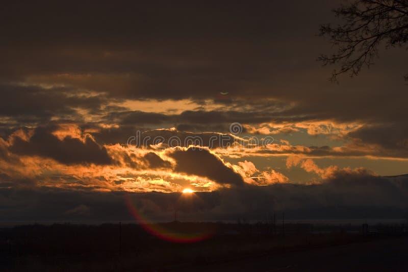 Stormachtige zonsondergang over het Meer van Utah met lensgloed royalty-vrije stock fotografie