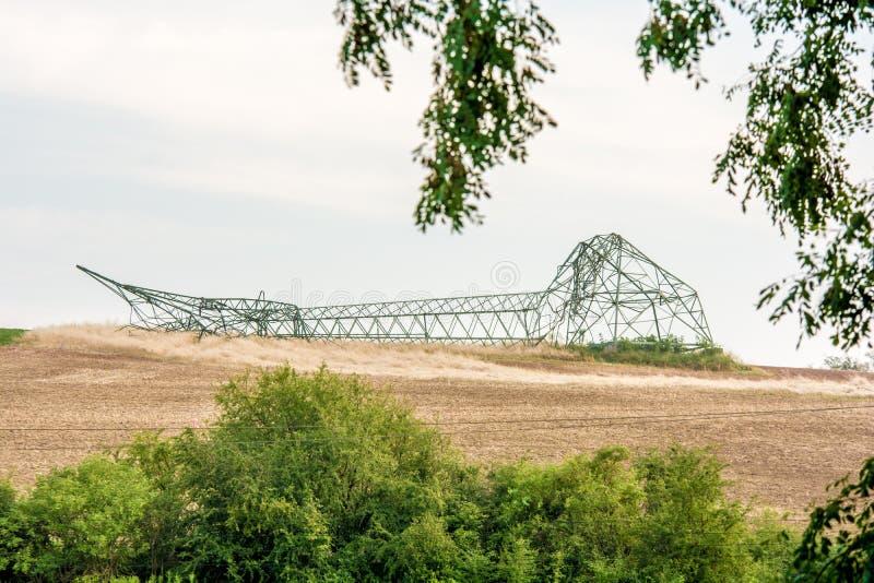 Stormat av en tung stormmaktpol som ligger på ett fält arkivfoto