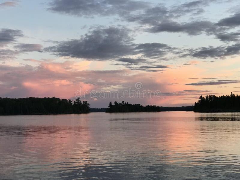 Stormbay日落伍兹湖, Kenora,安大略,加拿大 免版税库存图片