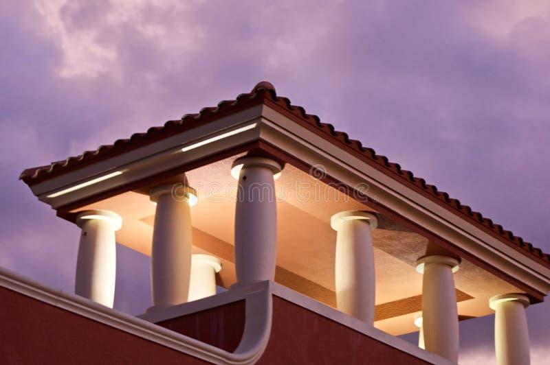 Stormclouds avec le dessus de toit allumé photo libre de droits