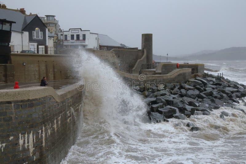 Stormen Callum slår havsväggen på Lyme Regis arkivbilder