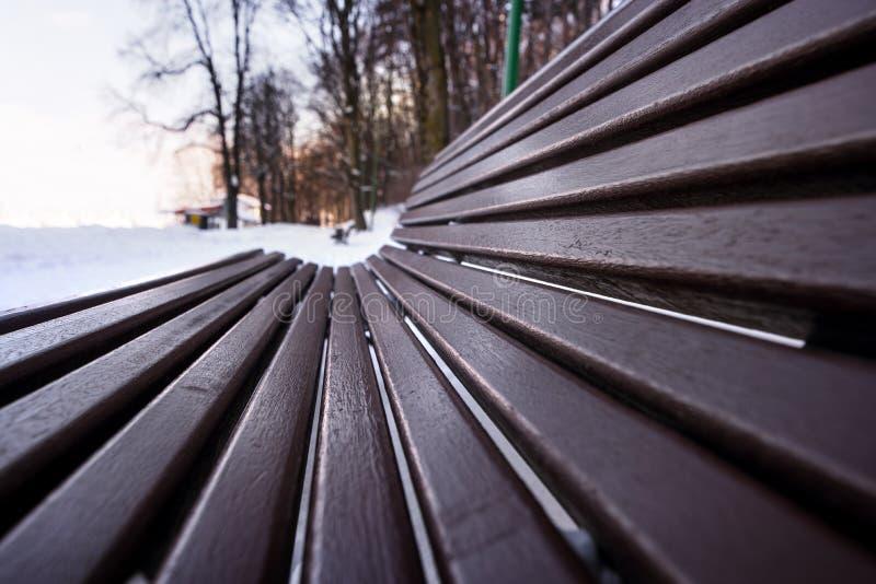 Stormen för tung snö täckte den tomma bänken parkerar in royaltyfri fotografi