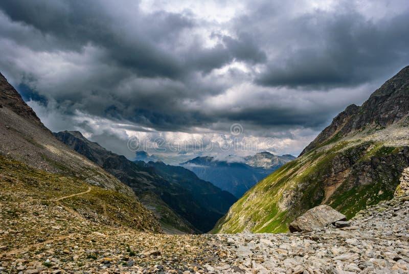 Stormen kommer från dalen royaltyfria foton