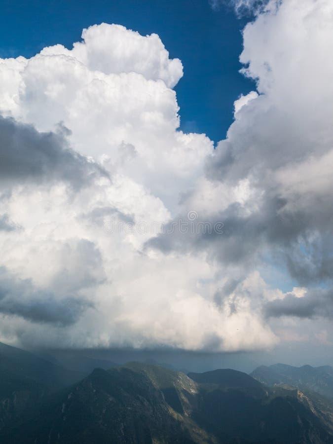 Stormen ?r annalkande Bild från massiven för El Pedraforca Catalonia Spanien royaltyfria foton