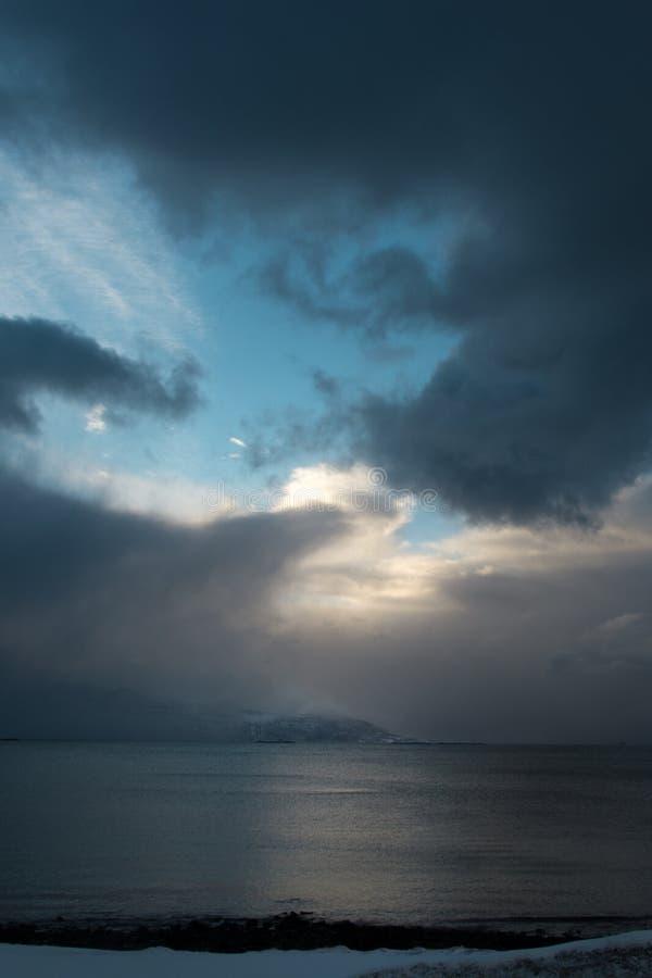 Stormen stänger sig upp den sista skymten av blått royaltyfri foto