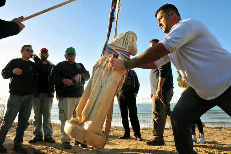 Stormen Unearths Romare-eran statyn på israelisk kust arkivfoton