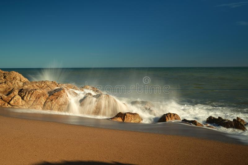 Stormen Waves havskuststrand arkivbild