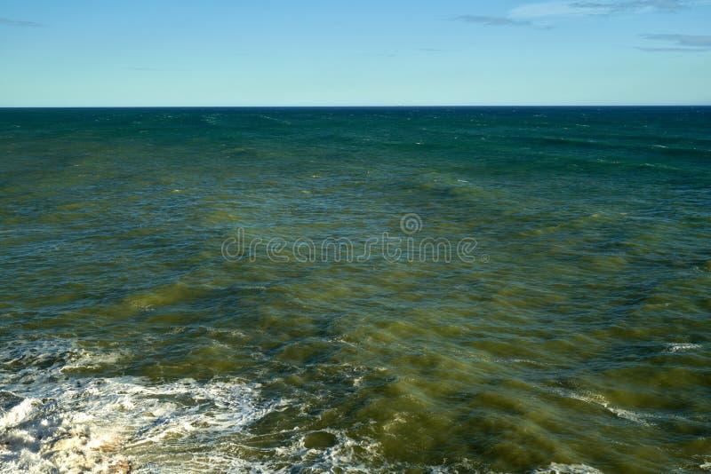 Stormen Waves havskuststrand arkivbilder
