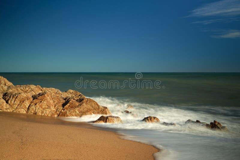 Stormen Waves havskuststrand arkivfoto