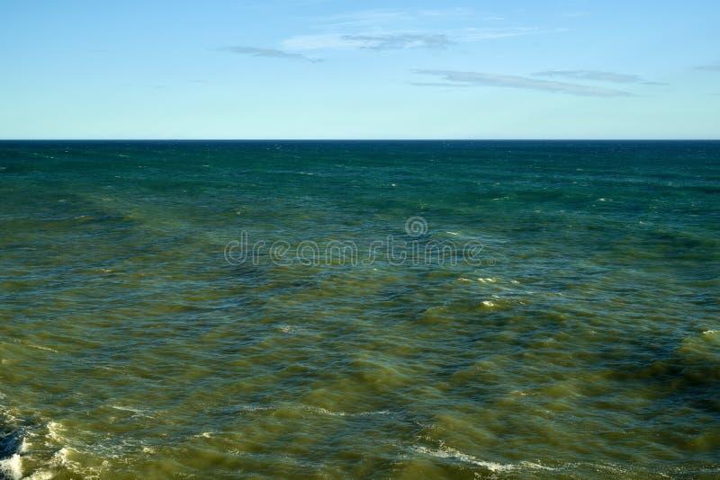 Stormen Waves havskuststrand arkivfoton