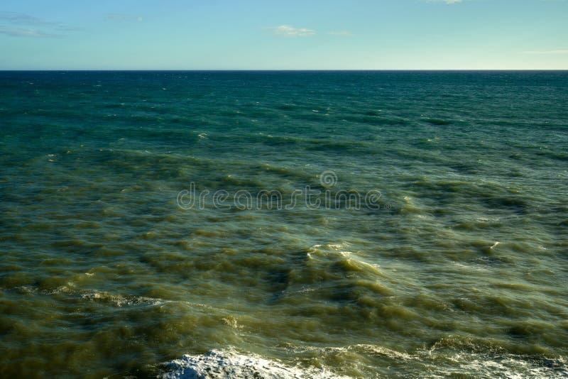 Stormen Waves havskuststrand royaltyfria foton