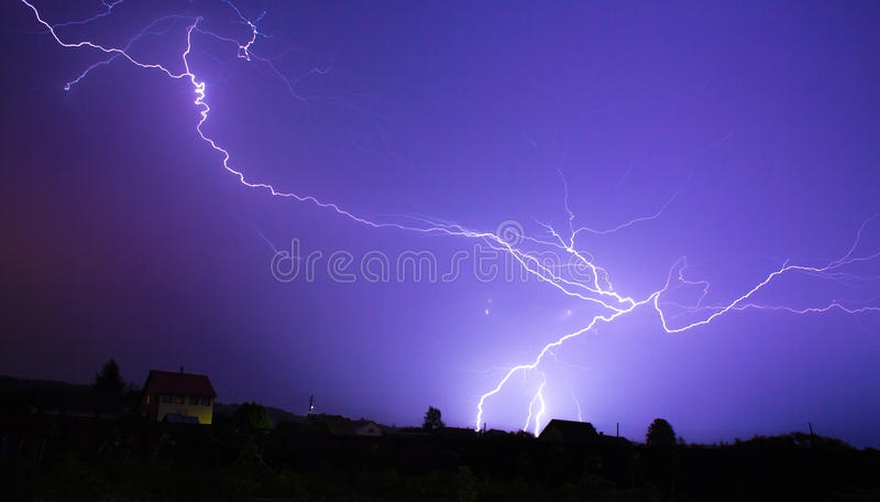 Stormhimmel med lgihting på natten royaltyfri foto