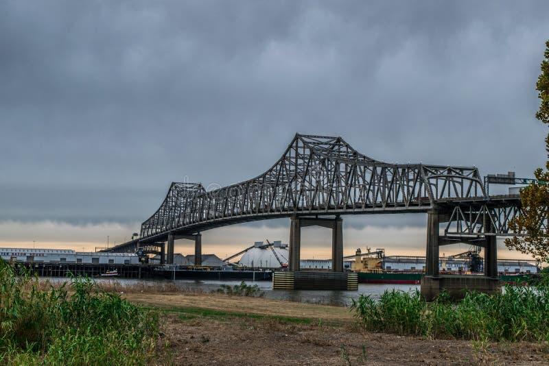 Stormig eftermiddag på bankerna av Mississippiet River i Baton Rouge royaltyfri foto