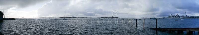 Stormig grå molnig himmel över Auckland och den Waitemata hamnen i wi arkivfoto