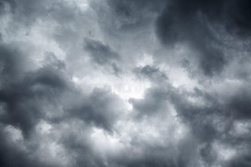 Stormig grå molnig himmel royaltyfri foto