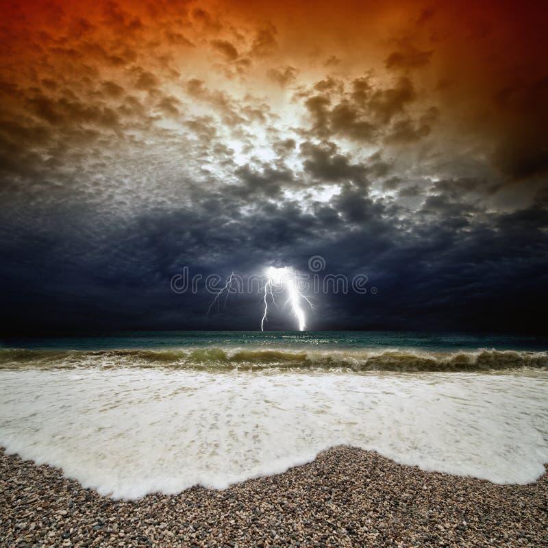 Stormig havssolnedgång arkivfoto