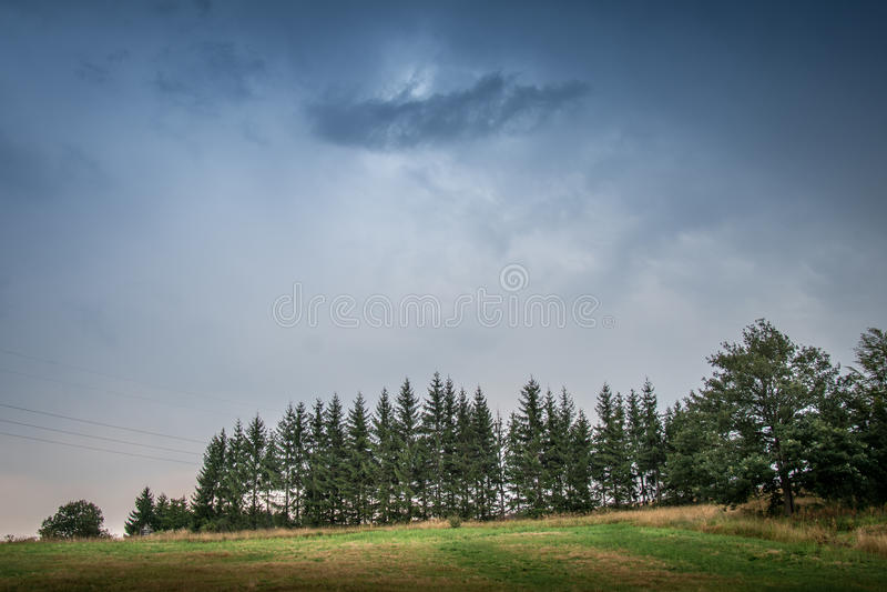 Stormig himmel över berget royaltyfri foto