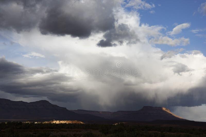 Stormig himmel med berg. fotografering för bildbyråer