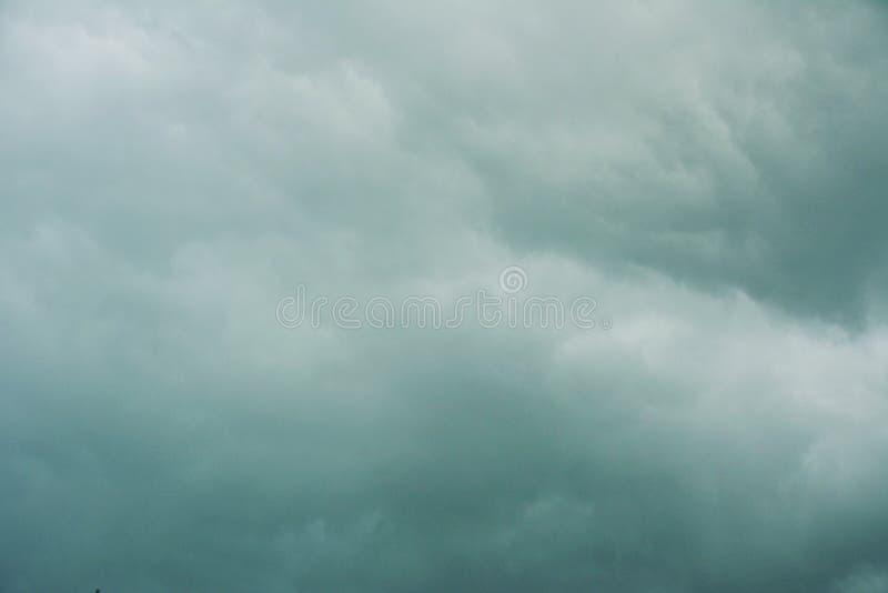 Stormig himmel med gr?a moln arkivbild