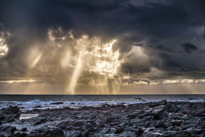 Stormig himmel och moln över thesea på seaton cornwall royaltyfria bilder
