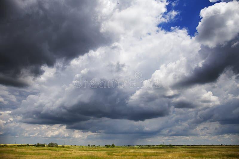 Stormig molnig himmel över slätten royaltyfria foton