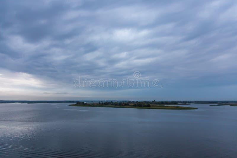 Stormig molnig himmel över Volgaet River nära Kazan fotografering för bildbyråer