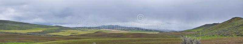Stormig panoramasikt f?r landskap fr?n gr?nsen av Utah och Idaho fr?n mellanstatliga 84, I-84, sikt av det lantliga lantbruket me royaltyfria foton