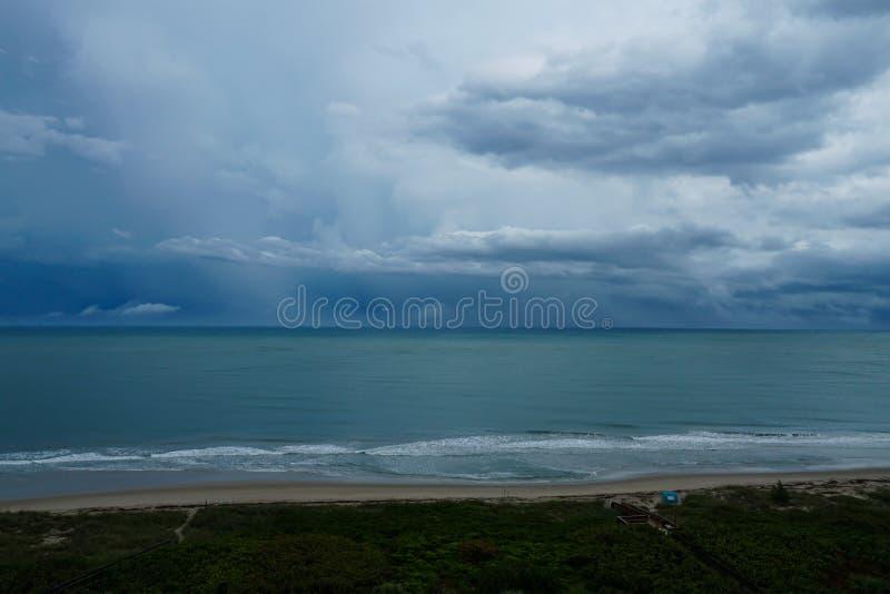 Stormig regnig dag på stranden på den norr Hutchinson ön, Florida arkivfoto