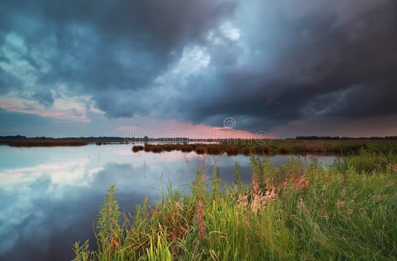 Stormig solnedgång över den stora sjön arkivfoto