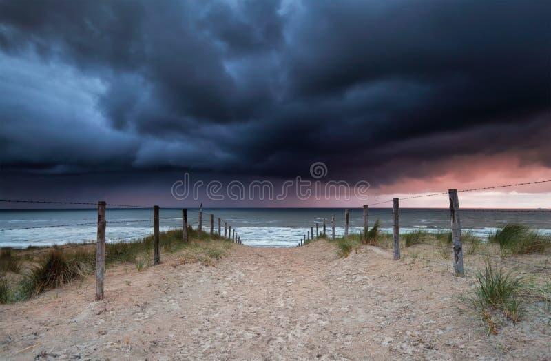 Stormig solnedgång över stranden i Nordsjön fotografering för bildbyråer