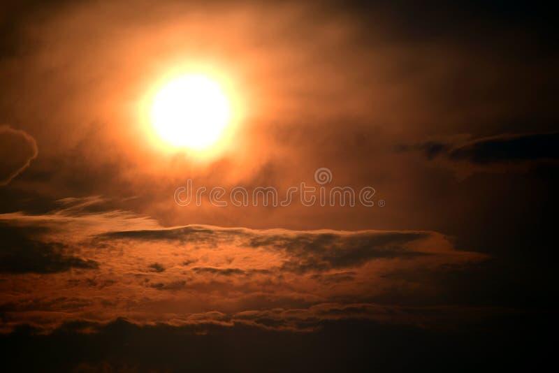 Stormig solnedgång i den Necedah djurlivfristaden, Wisconsin, USA royaltyfri fotografi